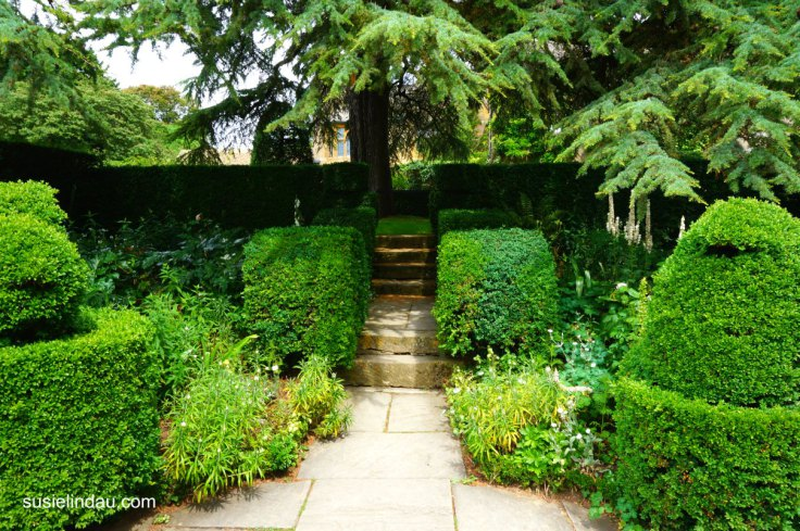 hidcote-gardens-sculptured-hedges