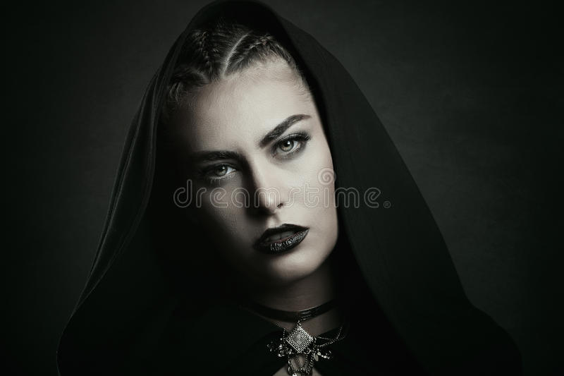 vampire-beautiful-green-eyes-woman-halloween-horror-78634413