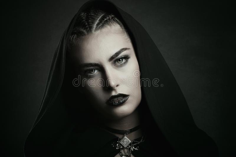 vampire-beautiful-green-eyes-woman-halloween-horror-78634413