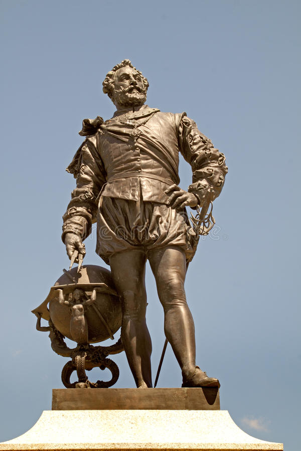 statue-francis-drake-sir-whose-stands-pymouth-hoe-devon-england-most-remembered-his-part-defeating-spanish-31551020